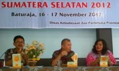 Nara-sumber-Sekretaris-Dinas-Kebudayaan-dan-Pariwisata-Sumsel-Zainal-Arifin-pada-arara-Bintek-Hotel-dan-Restoran